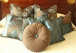 Bedroom decor_cushions_brown_blue
