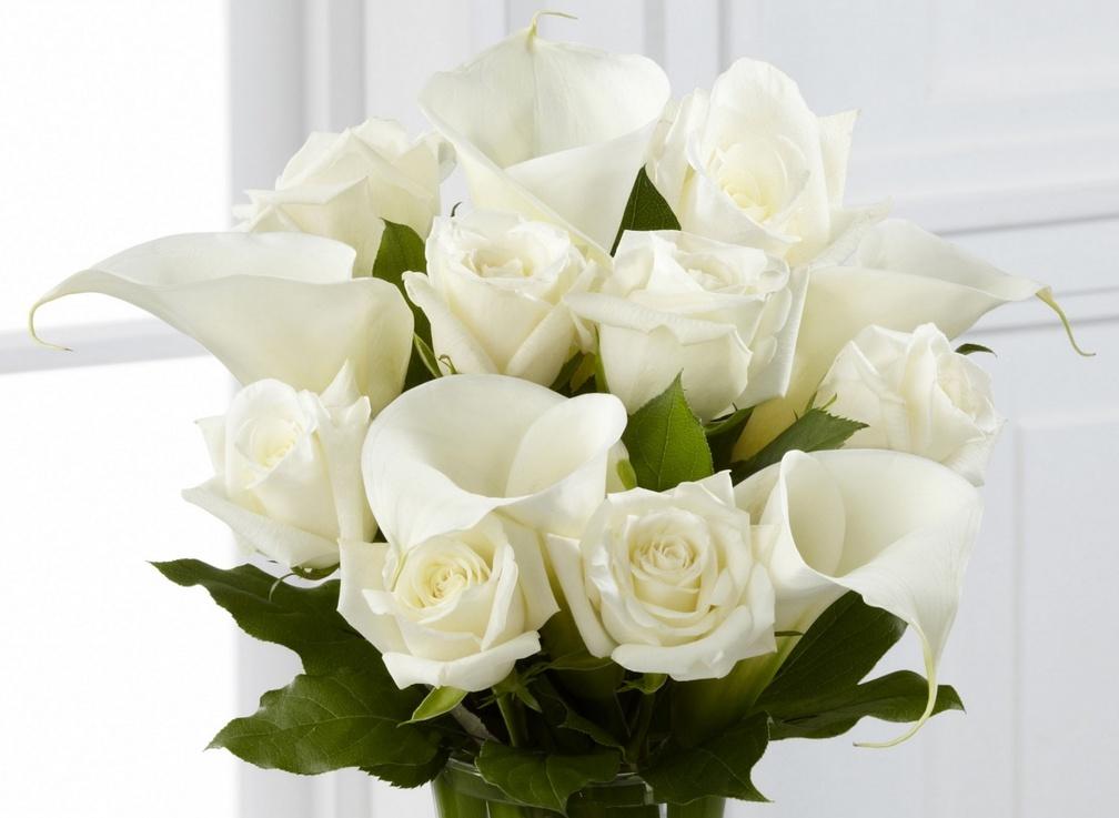 Открытка с днем рождения с розами белыми