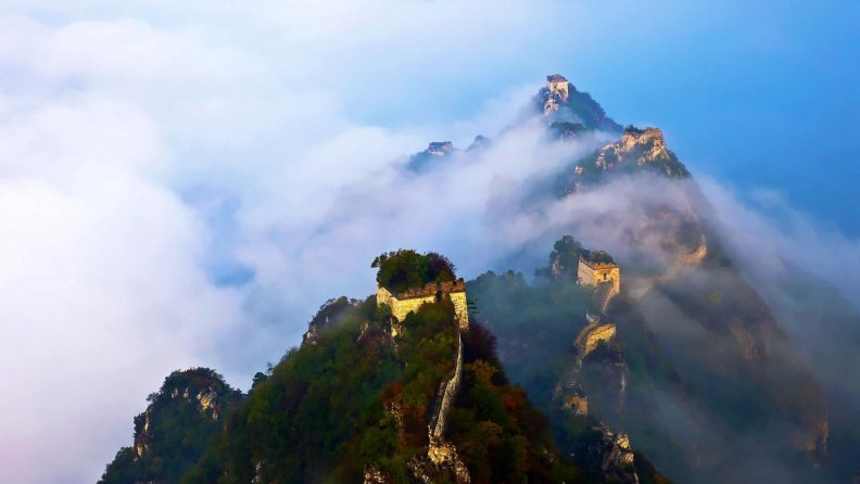 the_great_wall_under_clouds.jpg