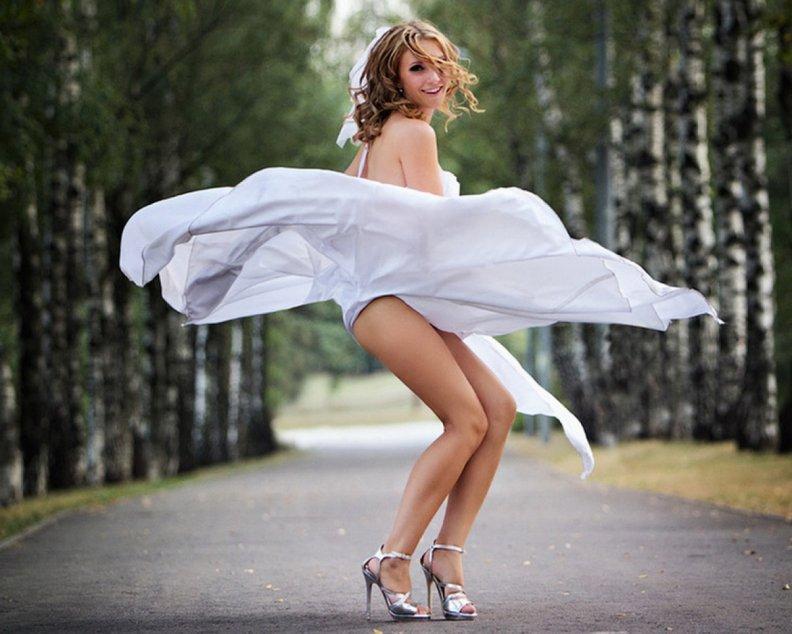 У красивых девушек задирается платье