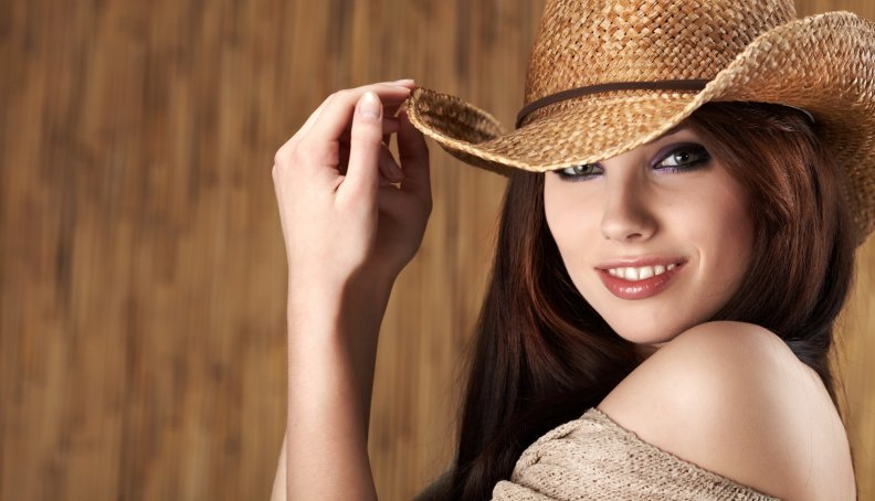 Brazzers в ковбойской шляпе на сене