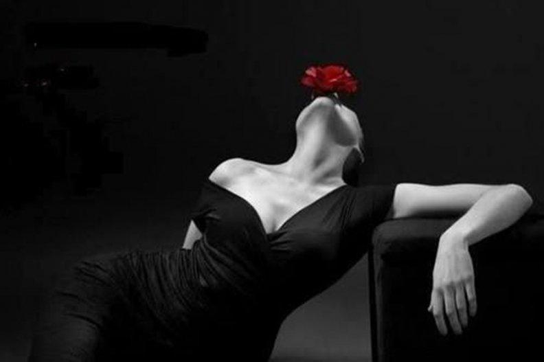 Девушки в черном платье спина