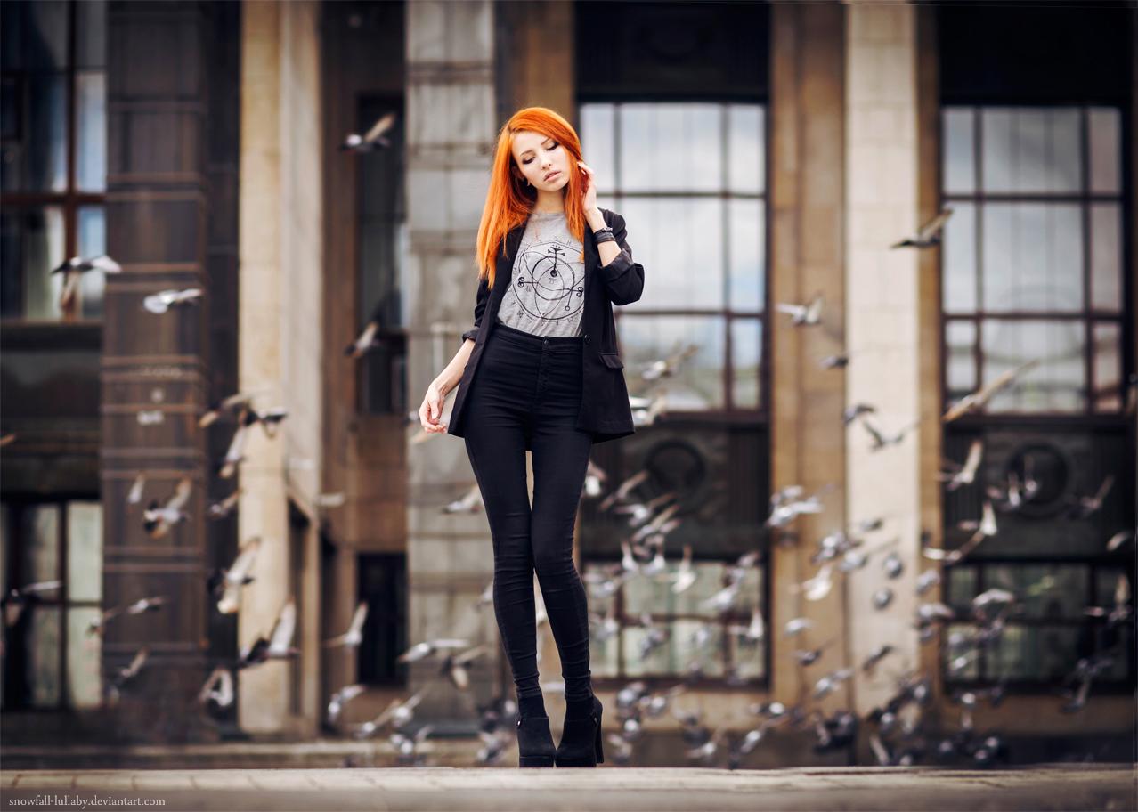 Фото девушек на фоне зданий