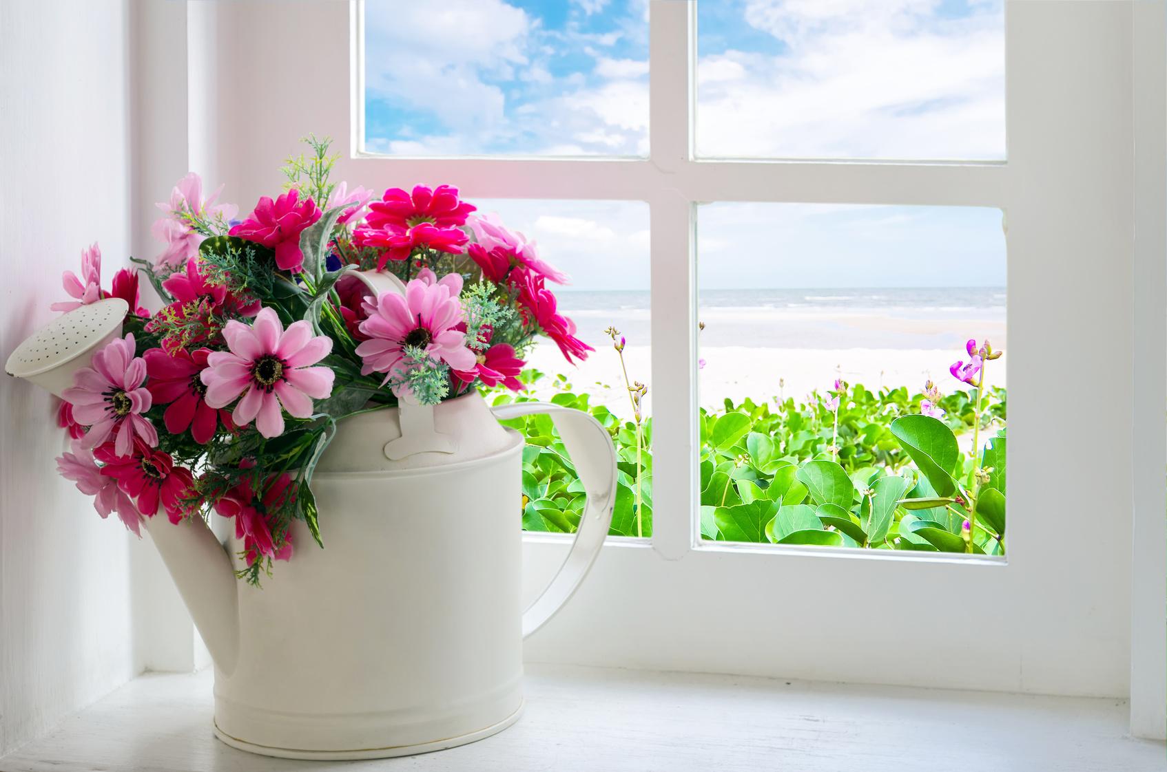 Букет цветов на подоконнике фото