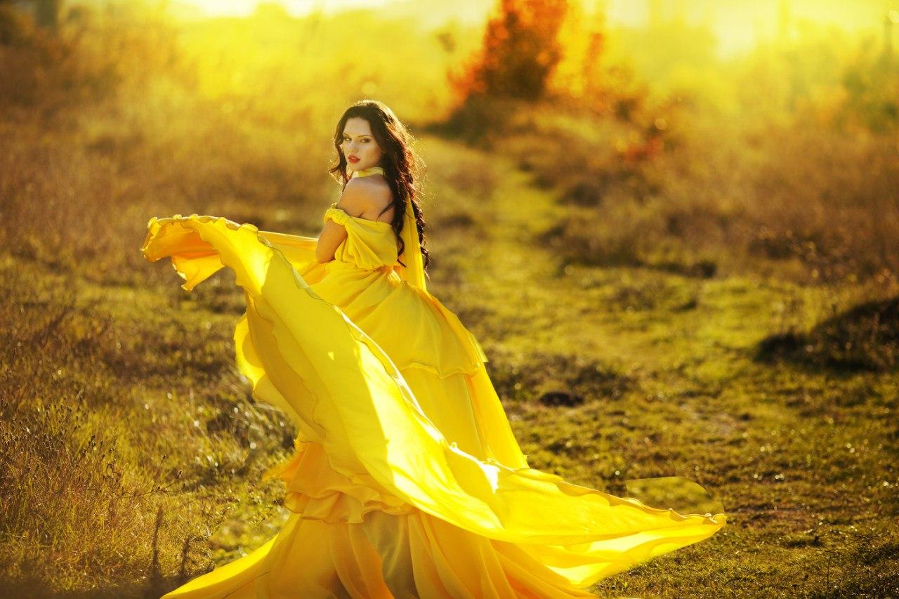 Девушка в желтом фото